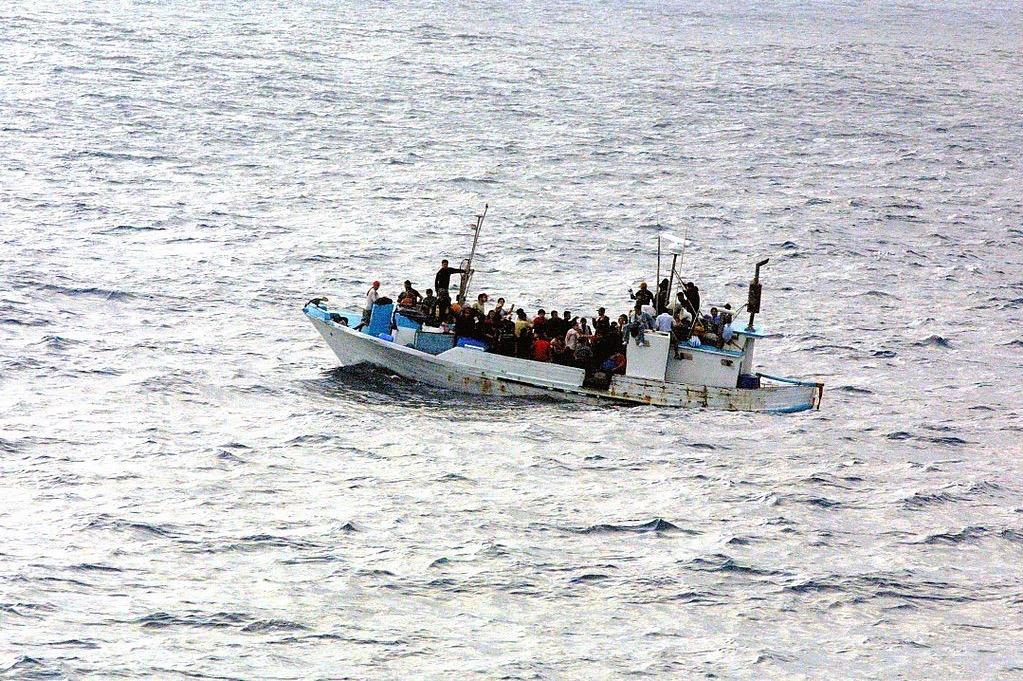 Flüchtlingsboot auf See (Bildquelle Wikicommons, Public Domain)