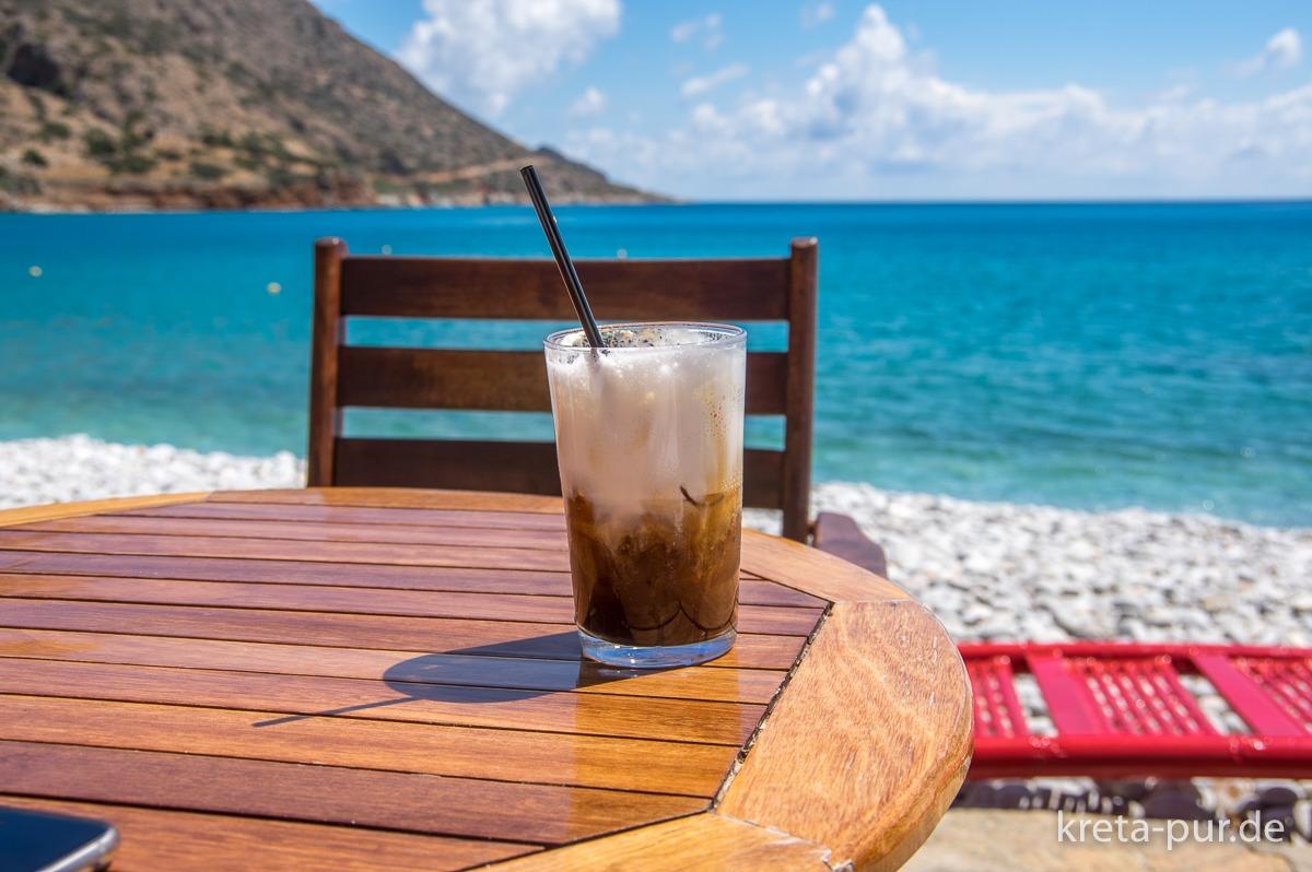 Erfrischung am Strand von Plaka