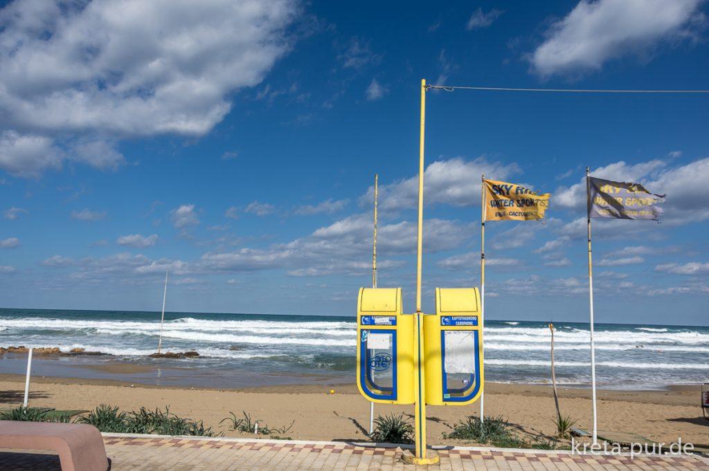 Telefon-Zellen am Strand von Stalis