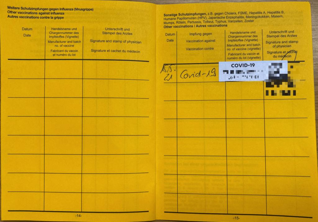 typischer gelber Impfpass - Internationale Impf- oder Prophylaxebescheinigung